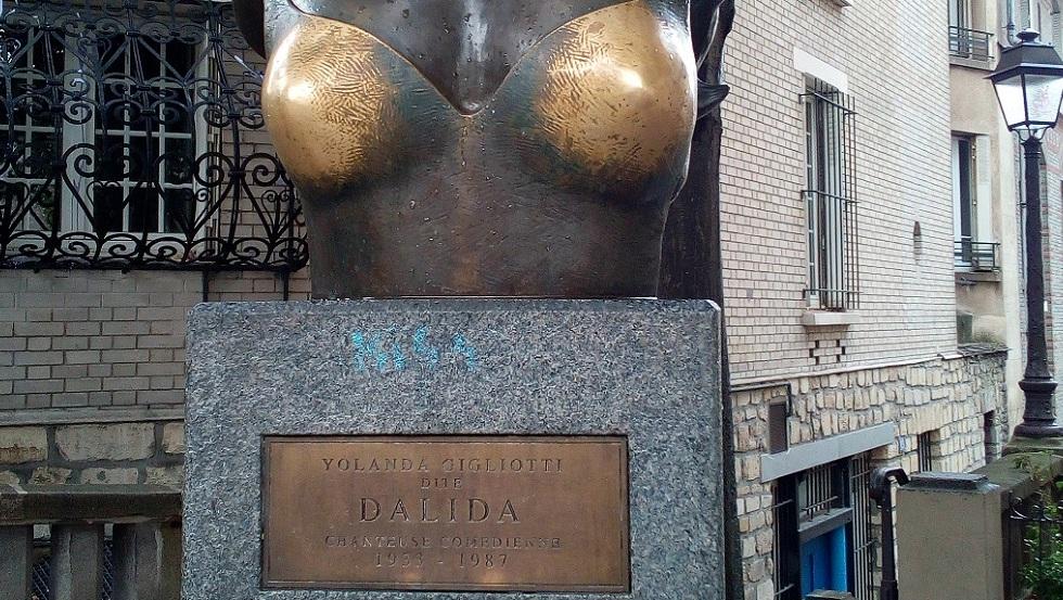 """""""Les seins qui portent bonheur"""" place Dalida, Montmartre, Paris"""