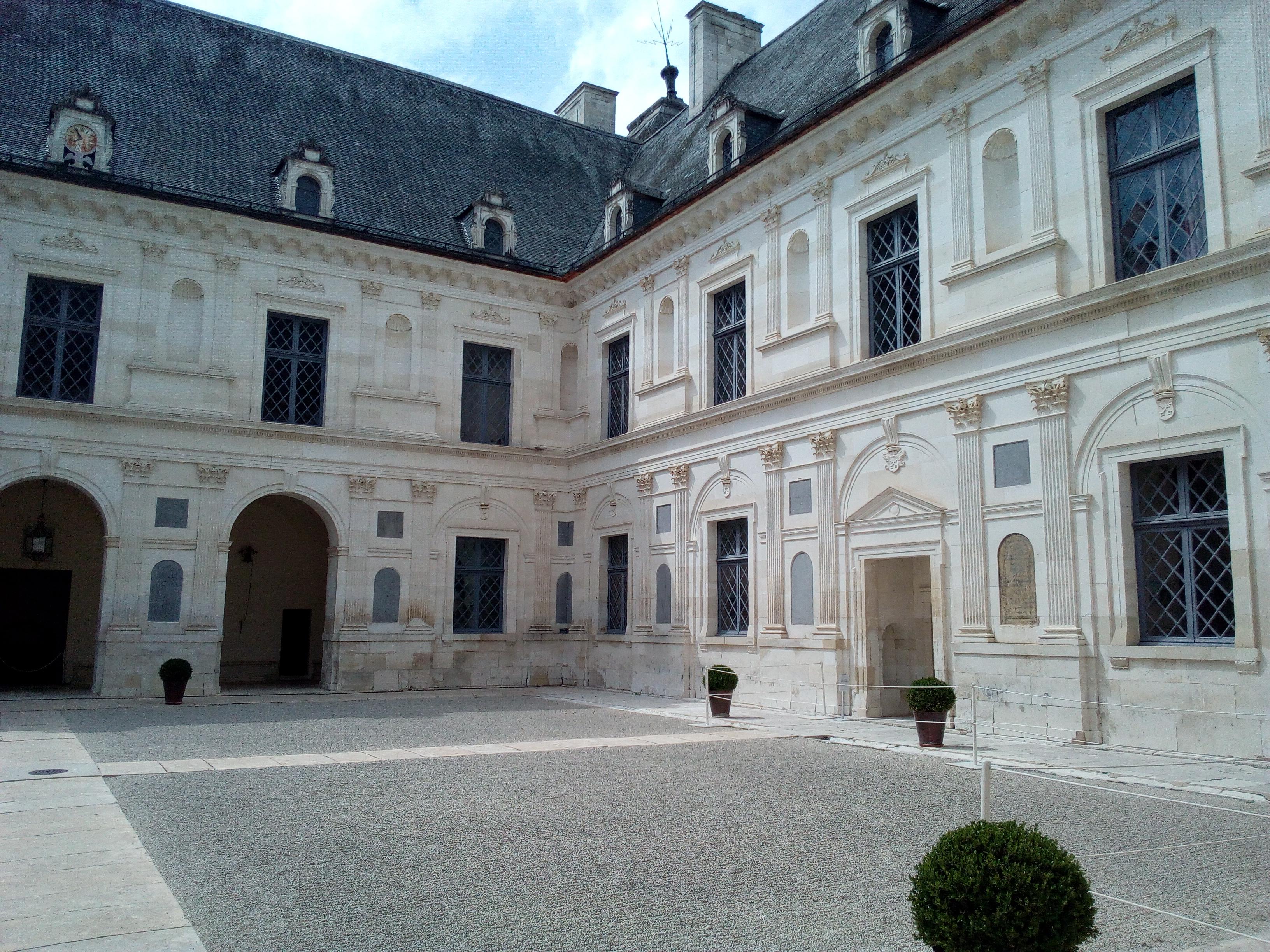 Château d'Ancy-le-Franc cour intérieure