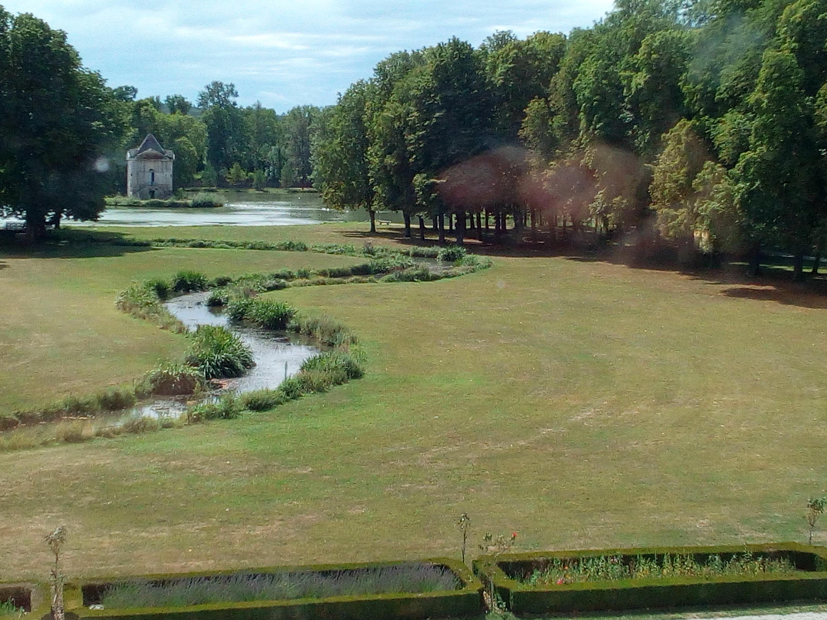 Château d'Ancy-le-Franc a serpentine, la pièce et d'eau et sa «folie» datant du milieu du XVIIIe siècle.