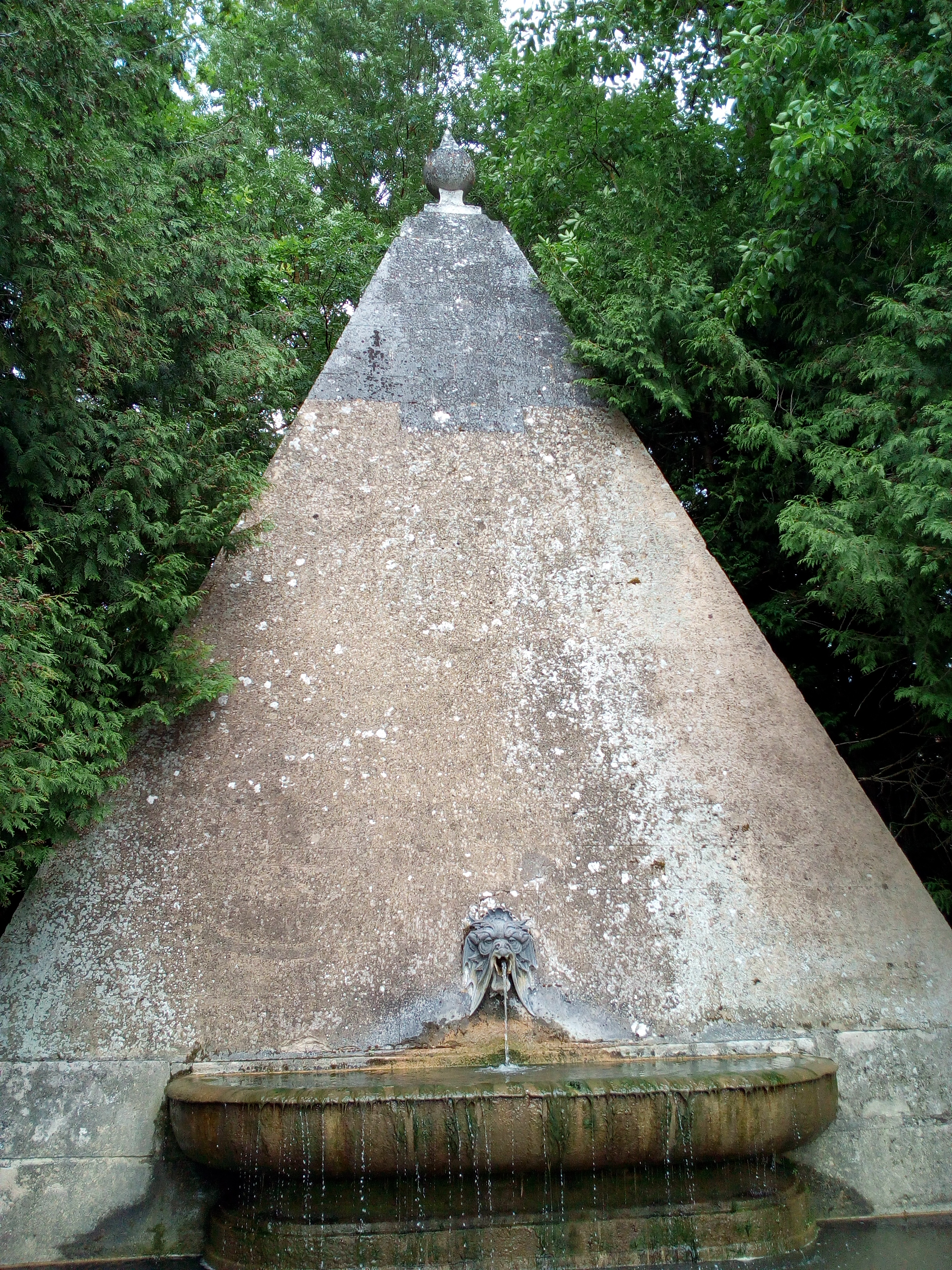 Château d'Ancy-le-Franc Fontaine de la Pyramide
