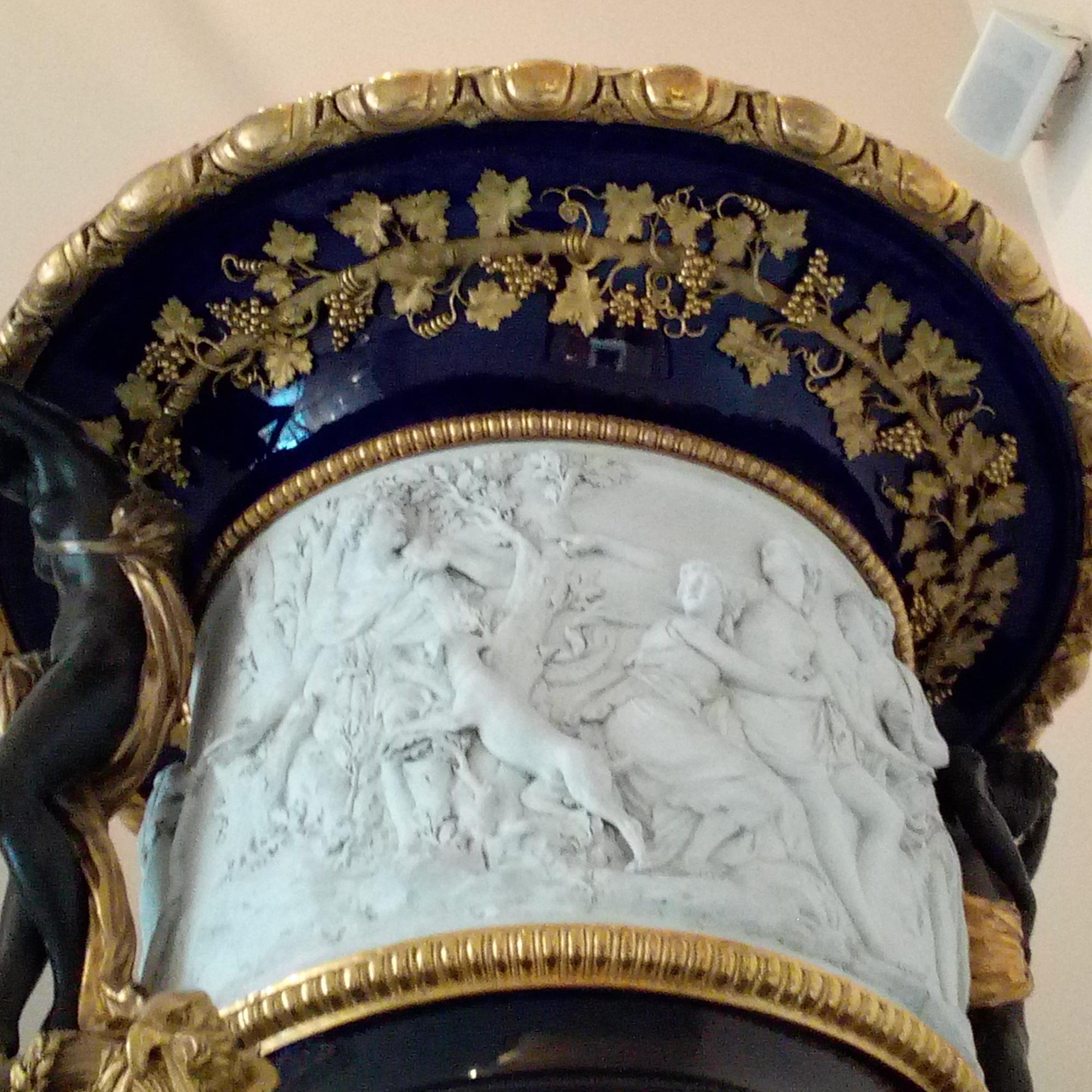 Grand Vase à fond beau bleu dit aussi Grand Vase Medicis Louvre