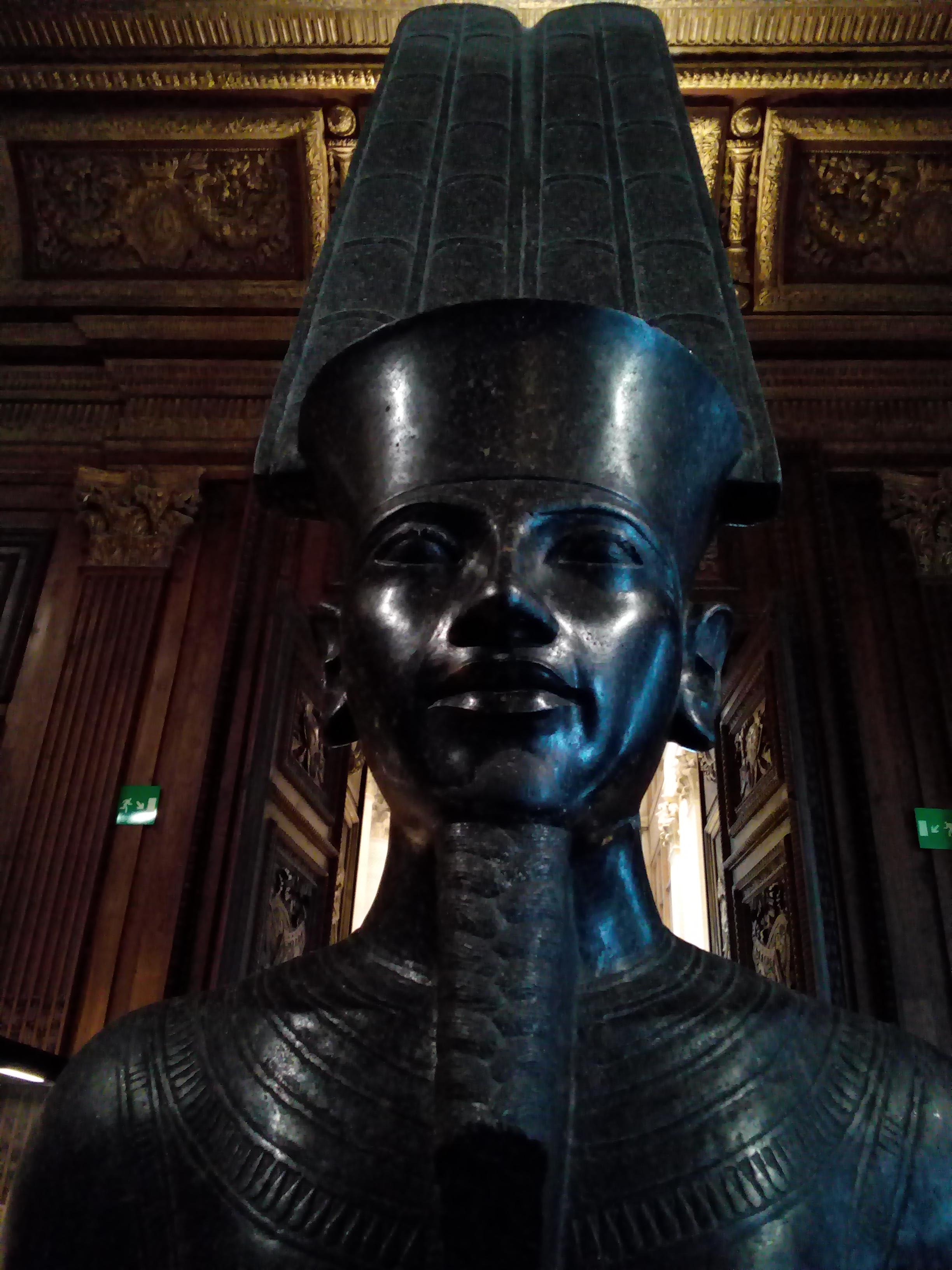 Amon protégeant Toutânkhamon 1336 - 1327 avant J.-C. musée Charles X Louvre