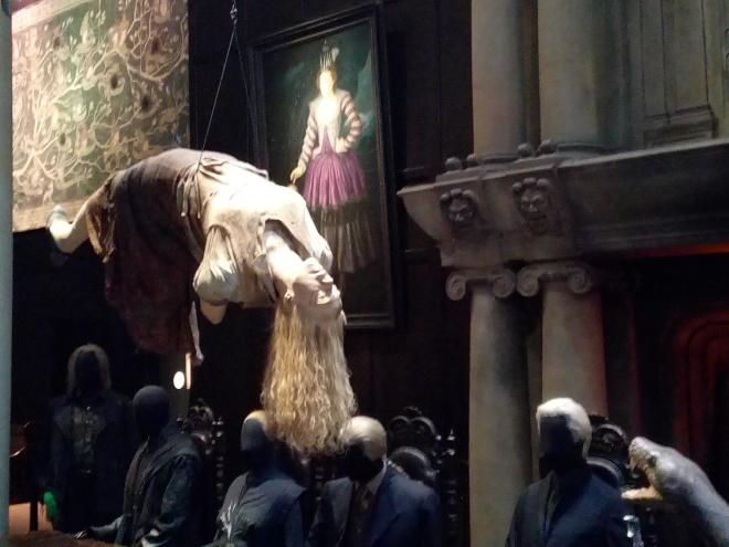 Charity Burbage suspendue lors d'une réunion de Mangemorts - The Making of Harry Potter - Studio Tour London
