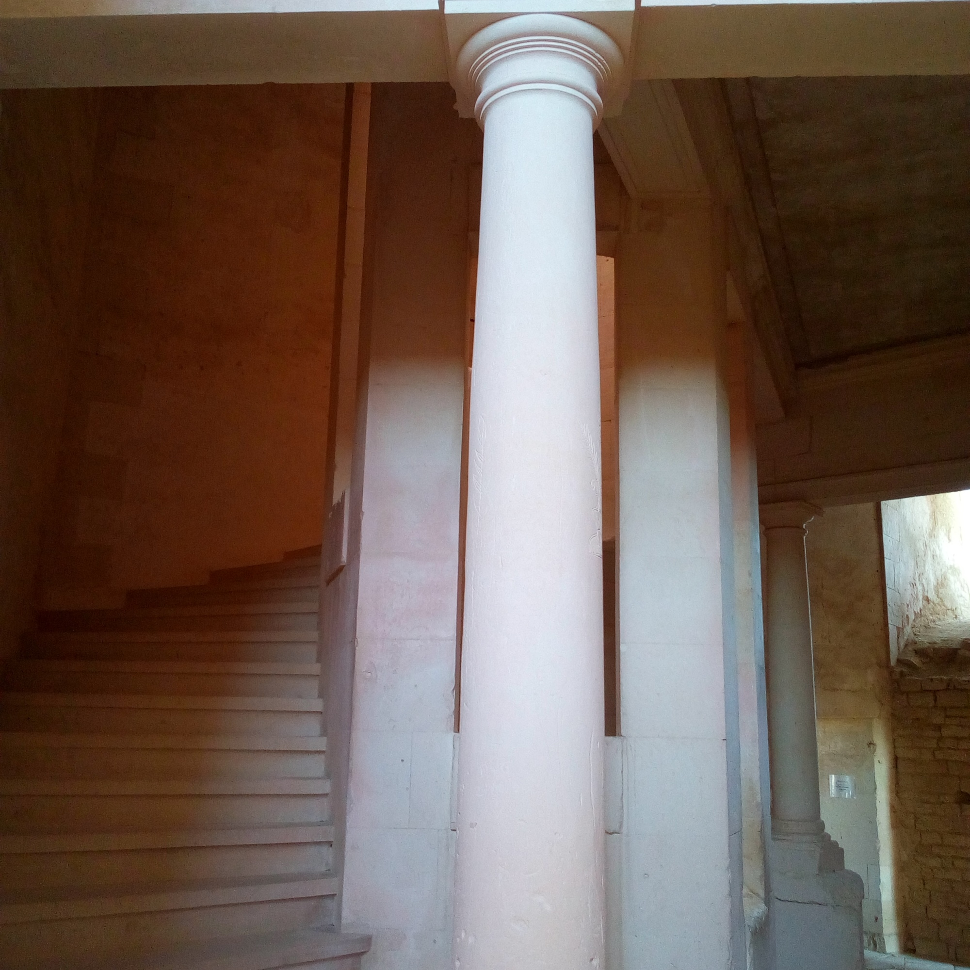 Escalier du château de Maulnes à Cruzy-le-Châtel (Yonne)