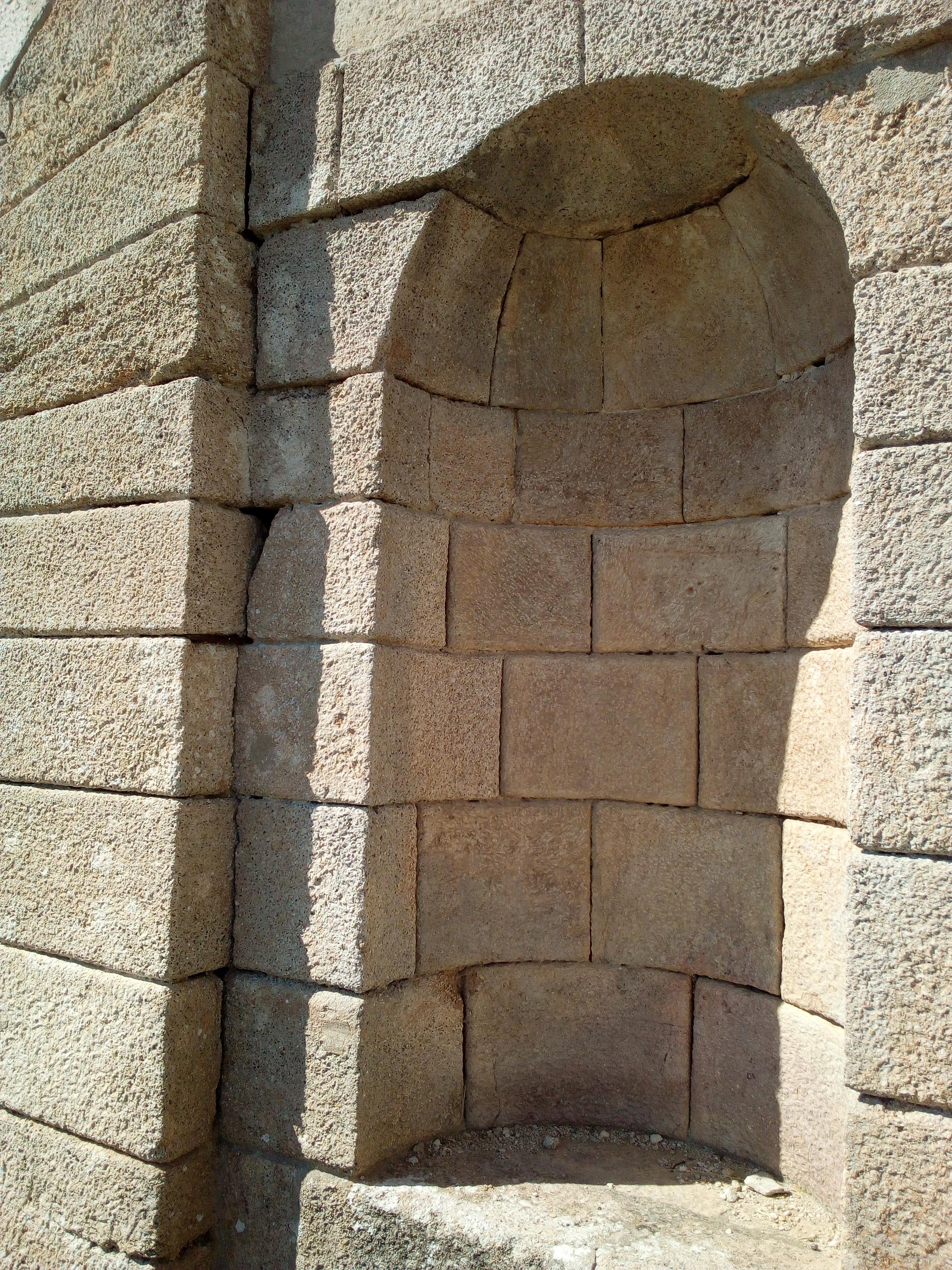 Sources et nymphée extérieur intérieur du Château de Maulnes à Cruzy-le-Châtel (89)
